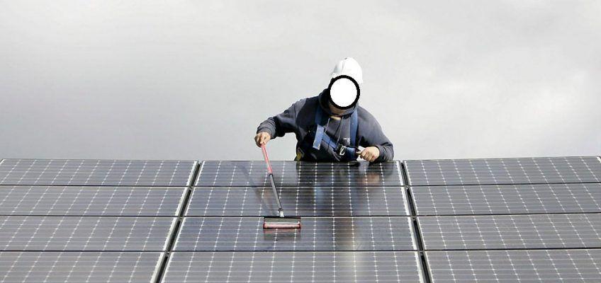 Persona limpiando placas solares