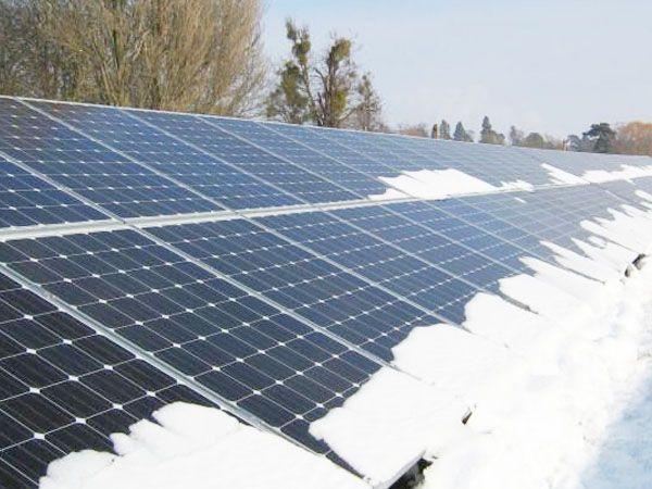 Las placas solares aguantan nieve pero aún así hay que mantenerlas.